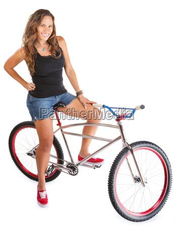 laechelnde frau auf mountainbike