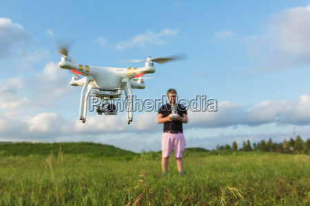 person mit drone in field