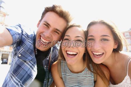 gruppe jugendlich freunde ein selfie nehmen