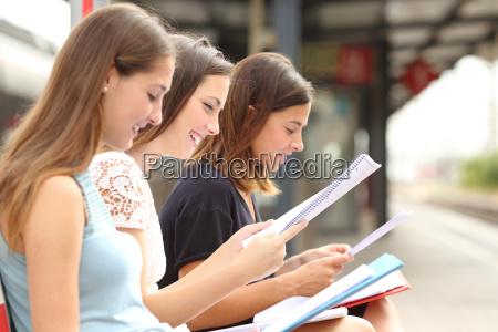 drei studenten studieren und zu lernen