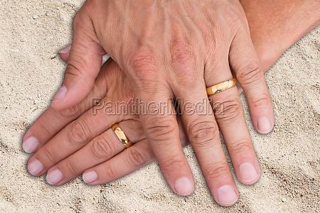 braut und braeutigam haende mit ringen