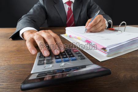 accountant ueberpruefung rechnung mit calculator