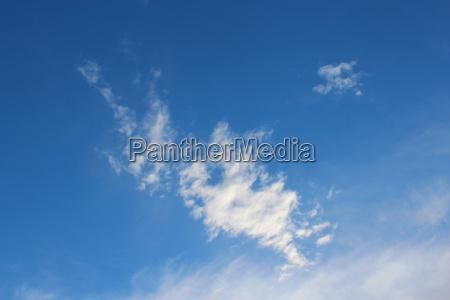 weisse wolke auf blauem himmel hintergrund