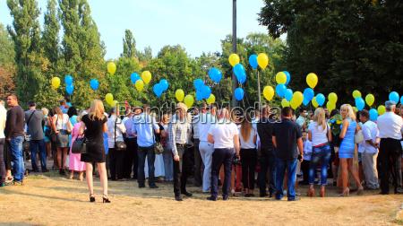 kinder und ihre eltern mit luftballons