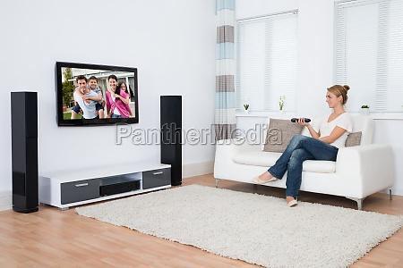 frau vor dem fernseher beim sitzen