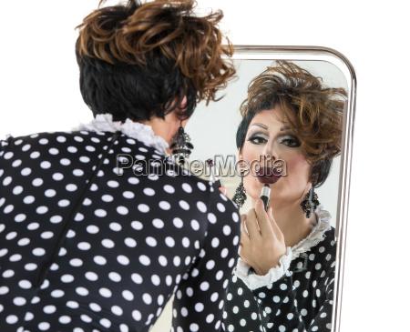 drag queen benutze lippenstift in der
