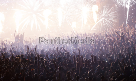 neujahrs konzept jubelnde menschenmenge und feuerwerk