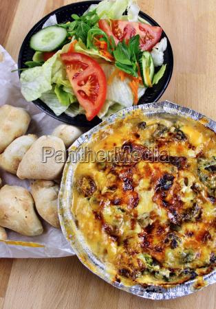 nudelgericht salat und pizzabroetchen vom lieferservice