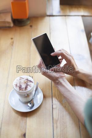 frau mit leeren telefon in cafe