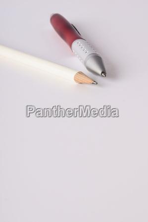 wichtige notizen mit stieft und kugelschreiber