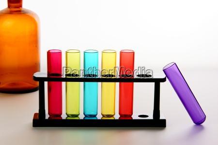 reagenzglaeser mit chemieflasche