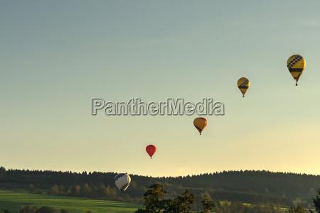 aufsteigende kette von heissluftballons