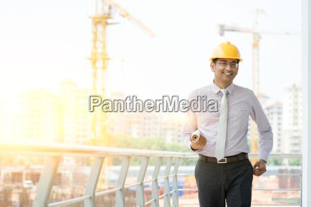 asiatischer indischer maennlicher bauunternehmer ingenieur zu