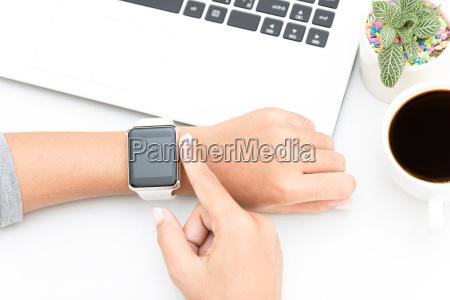 frau zu beruehren smart watch hand