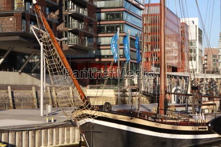 schiff vor anker in der grossstadt