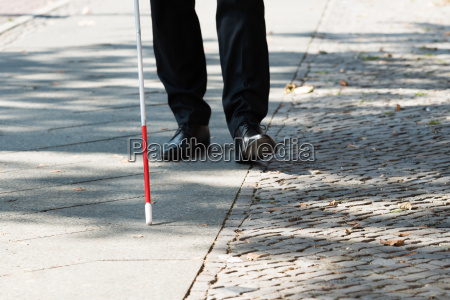 blinder mann mit weissem stick on