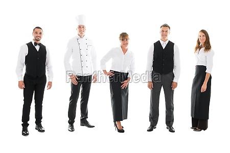 glueckliche restaurant mitarbeiter die ueber weissem