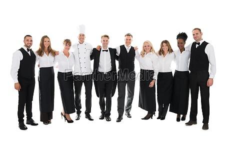 zuversichtlich restaurant staff standing mit arme