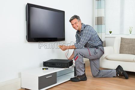 techniker der zu hause fernsehapparat spitzenkasten
