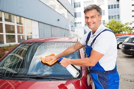 worker reinigung auto windschutzscheibe
