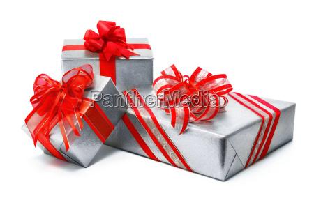 silberne geschenke mit pfiffigen roten schleifen