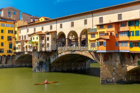 arno und ponte vecchio florenz italien