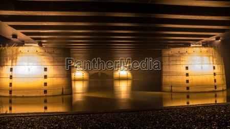 pfeiler einer kanalbruecke bei nacht