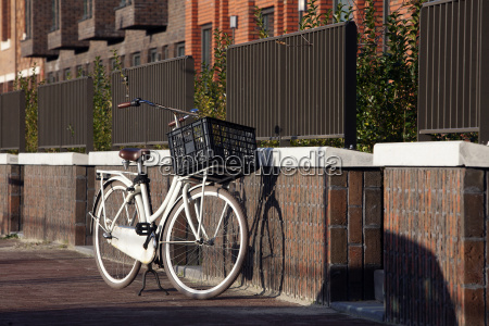weisses fahrrad in einem wohnviertel