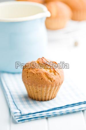 suesse muffins auf kuechentisch