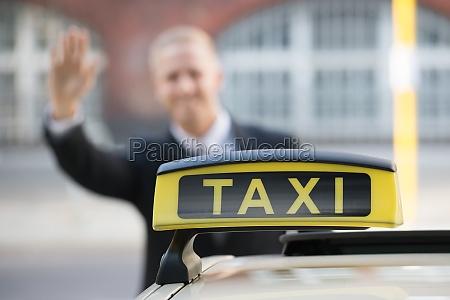 geschaeftsmann fangen taxi