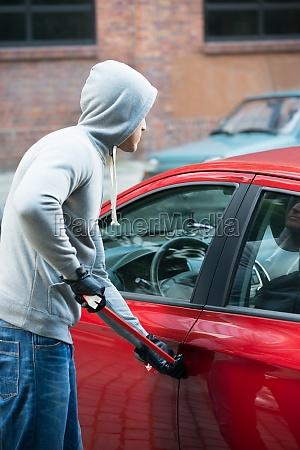 dieb crowbar mit auto tuer zu