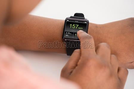 menschliche hand tragen anzeigen smartwatch sendewiederholrate