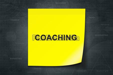 coaching wort auf gelben zettel