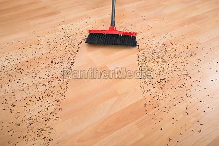 broom cleaning schmutz auf holzboden