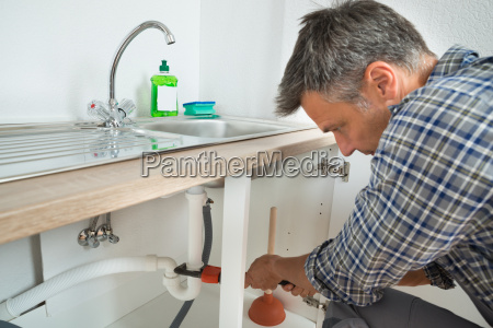 klempner fixing sink rohr in der