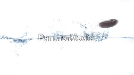 stein springt ueber wasseroberflaeche