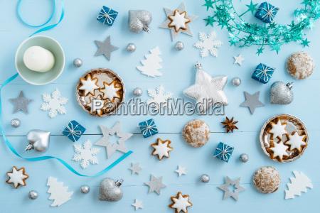 weihnachtsdekoration auf blauem holz