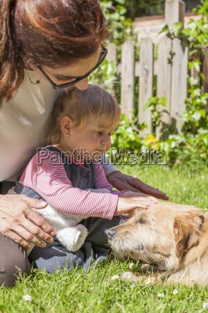 mutter und baby petting hund