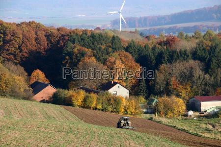 herbstlandschaft mit traktor