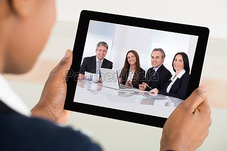 geschaeftsfrau video konferenzen auf digitales tablet