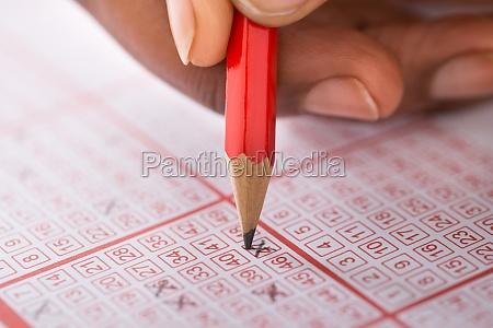 person kennzeichnung nummer auf lotterielos