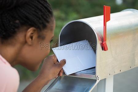 frau die schreiben in mailbox