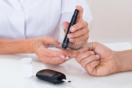 doktor messen zucker lesen von patienten