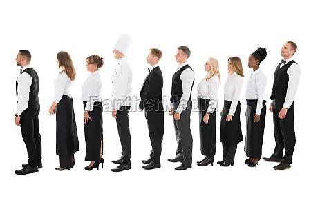 seitenansicht der restaurant staff standing in