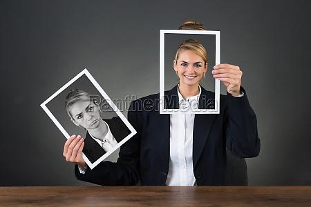 frauen holding fotos mit verschiedenen ausdruecken