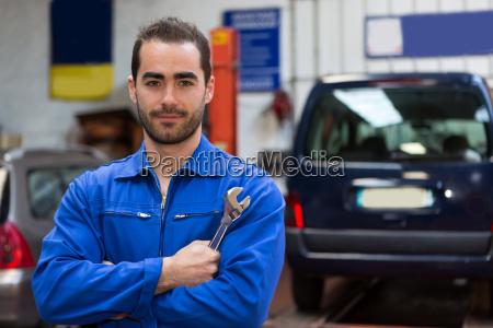 junge attraktive mechaniker arbeiten in der