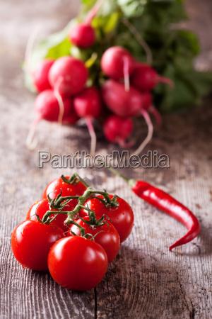 tomaten chili und rote radisches auf