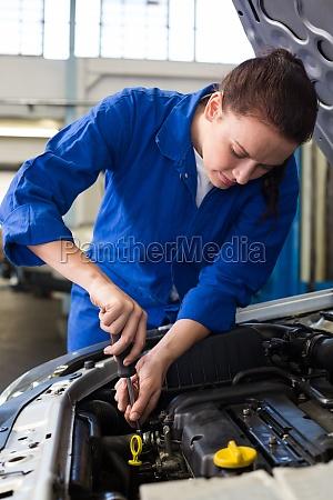 mechaniker der unter der haube