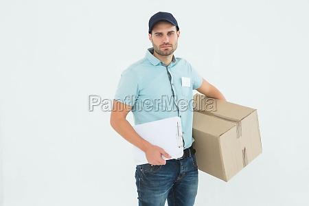 trauriger zusteller mit zwischenablage und paket