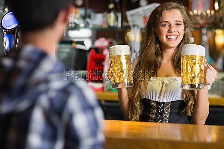 laecheln oktoberfest kellnerin mit bier